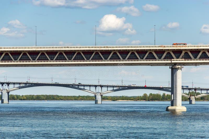 Nizhny Novgorod broar Sammanfogning av de Oka och Volga floderna arkivbild