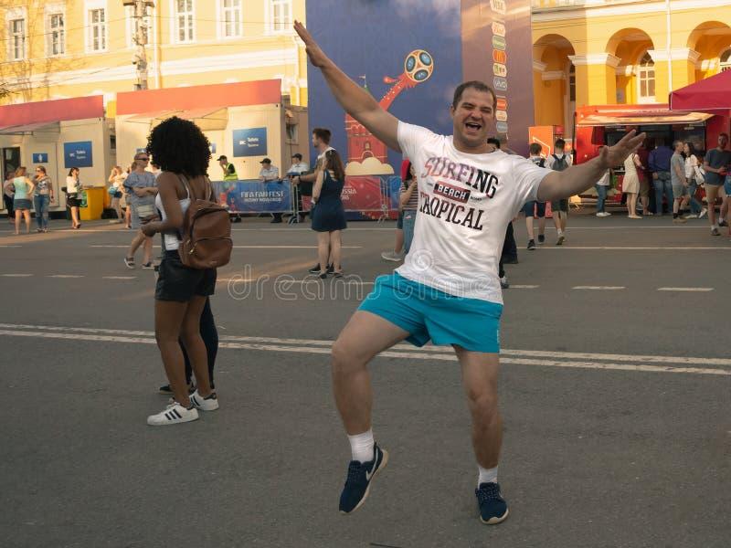 Nizhny Novgorod, czerwiec 24, 2018: fan piłki nożnej przychodzili Nizhny Novgorod dla pucharu świata Anglia, Panama - Fan są dumn zdjęcie royalty free