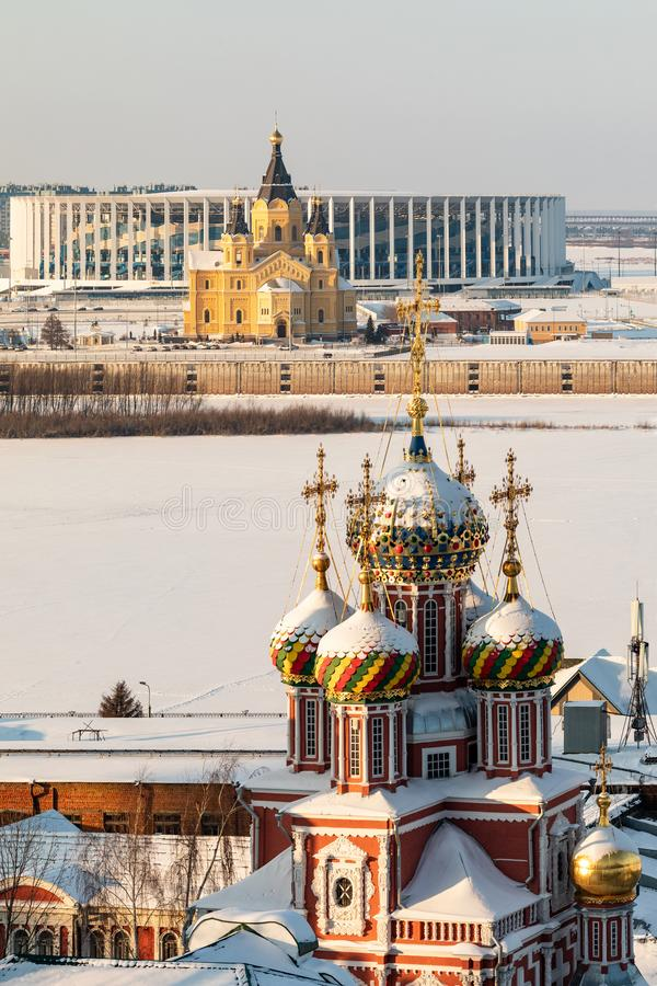 Nizhny Novgorod in de winter Russische de wintercityscape Traditionele historische godsdienstige architectuur en moderne gebouwen royalty-vrije stock foto's