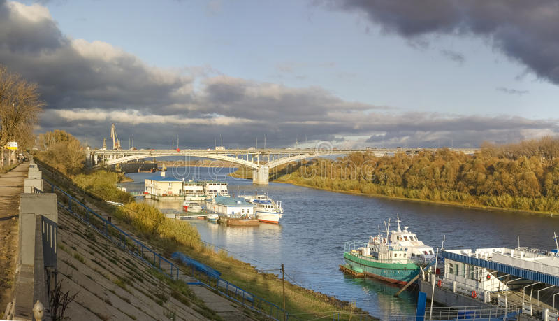 Nizhny Novgorod Kanavinsky bro över den Oka floden arkivbilder