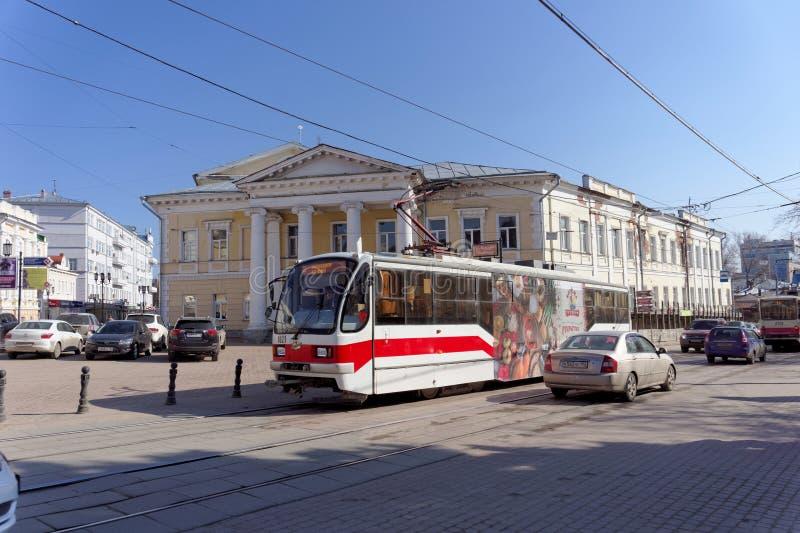 Nizhny Novgorod, Rússia - 13 de abril 2016 Transporte a rota 21 na interseção de Bolshaya Pokrovskaya e de outubro imagem de stock