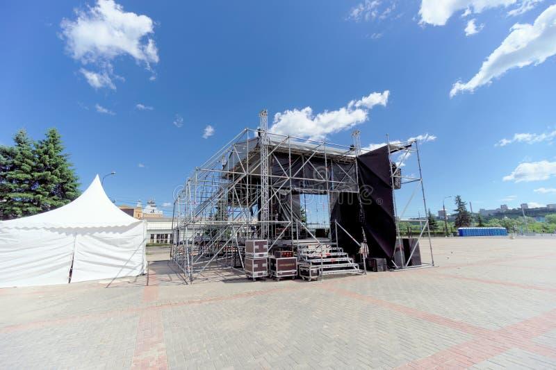 Nizhny Novgorod, Rússia - 21 de junho 2018 O conjunto da fase provisória para o desempenho dos músicos e dos cantores em Lenin imagens de stock
