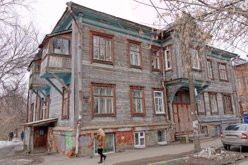 Nizhny Novgorod, Rússia - 24 de março 2017 Casa de madeira residencial do dois-andar na pista da universidade 1 imagens de stock royalty free