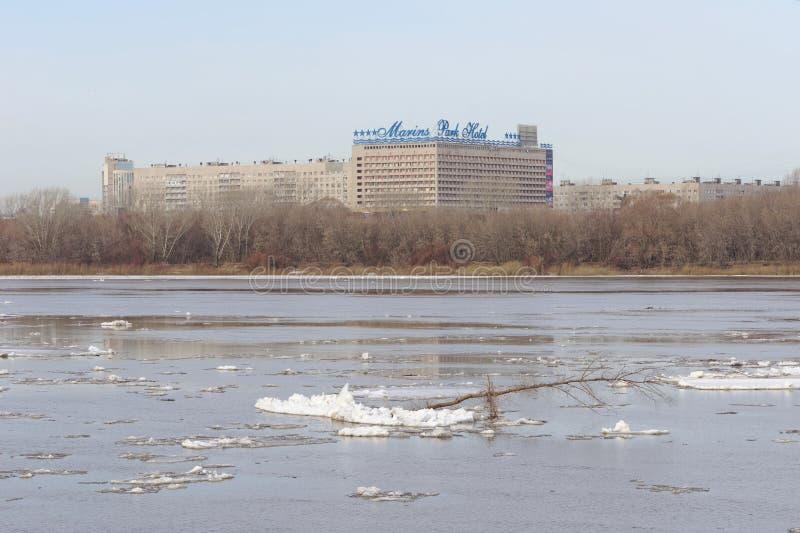 Nizhny Novgorod, Rússia - 24 de março 2017 Vista do hotel de parque de Marins do outro lado do Oka As sobras de banquisas de gelo foto de stock royalty free
