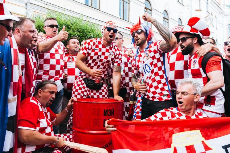 Nizhny Novgorod, Rússia - em junho de 2018 - fãs croatas comemora t foto de stock royalty free