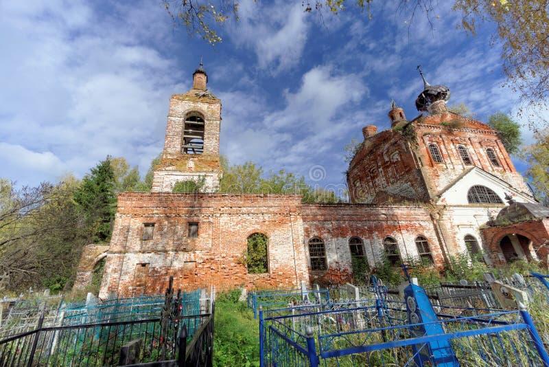 Nizhny Novgorod region, Ryssland - Oktober 01 2016 Övergiven ortodox kyrka på kyrkogården i byn Novinki royaltyfri foto