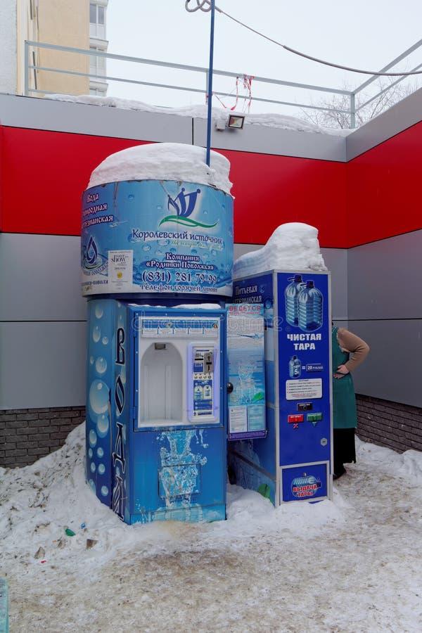 Nizhny Novgorod, Rusia - 9 de febrero 2017 El dispositivo en la venta de la fuente real del agua potable en la calle 35 de Timiry fotografía de archivo libre de regalías