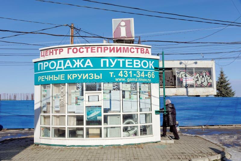 Nizhny Novgorod, Rusia - 14 de marzo 2017 Centro de la hospitalidad Una pequeña tienda que vende los vales para el río cruza ubic fotografía de archivo