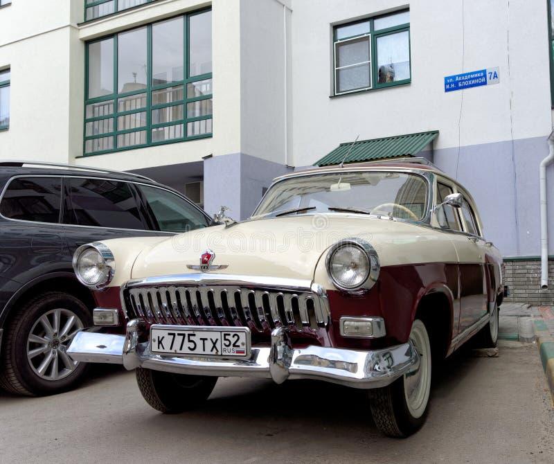 Nizhny Novgorod, Rusia - 20 de mayo 2016 Coche restaurado Volga GAZ-21 del vintage en la yarda de una casa imagen de archivo libre de regalías