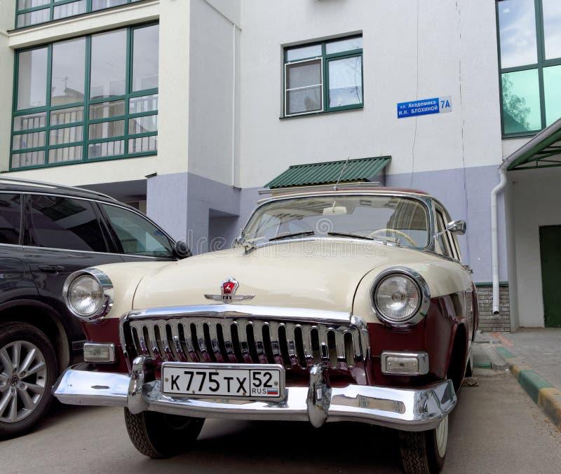 Nizhny Novgorod, Rusia - 20 de mayo 2016 Coche restaurado Volga GAZ-21 del vintage en la yarda de una casa imagenes de archivo