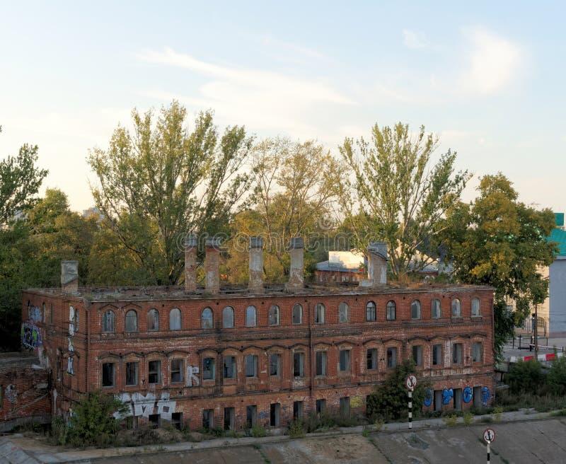 Nizhny Novgorod, Rusia - 14 de septiembre 2015 El ladrillo abandonó el edificio en el centro de ciudad en el banco del río de Oka foto de archivo