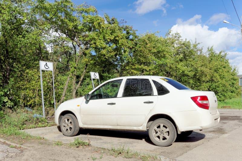 Nizhny Novgorod, Rusia - 6 de septiembre 2016 Un vehículo de pasajeros blanco con una muestra discapacitada del conductor en la v imagen de archivo