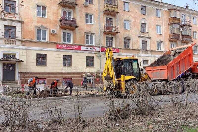 Nizhny Novgorod, Rusland - 26 april 2016 de gemeentelijke arbeiders maken toekomstige bloembedden royalty-vrije stock afbeeldingen
