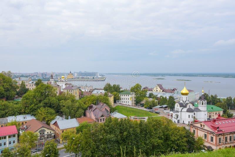 Nizhny Novgorod, Rusland - September 4, 2018: Weergeven van de stad van Nizhny Novgorod, de pijl van de rivieren Oka en Volga van stock fotografie