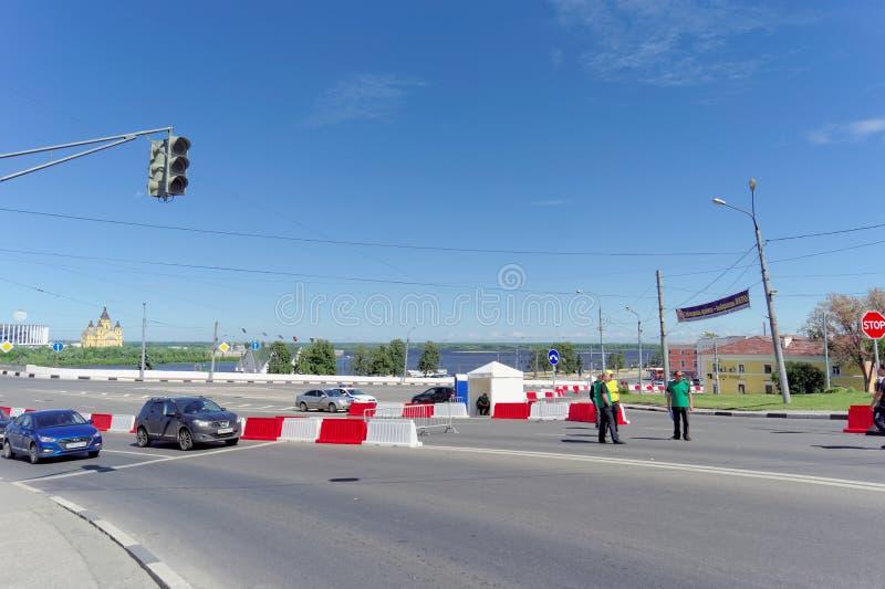 Nizhny Novgorod russia - Juni 21 2018 Kontrollera in på den Canavin bron på dagen av denKroatien fotbollleken, motorisk trafik fotografering för bildbyråer