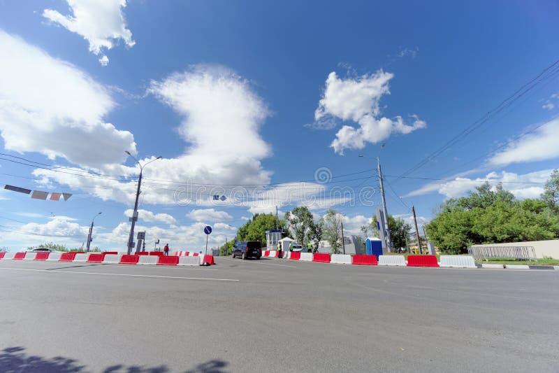 Nizhny Novgorod russia - Juni 21 2018 Kontrollera in på den Canavin bron på dagen av denKroatien fotbollleken, motorisk trafik arkivfoton