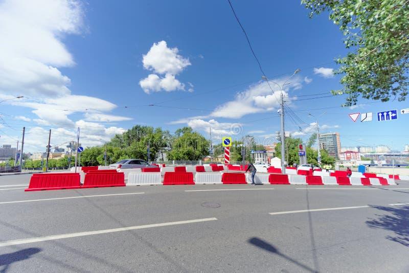Nizhny Novgorod russia - Juni 21 2018 Kontrollera in på den Canavin bron på dagen av denKroatien fotbollleken, motorisk trafik royaltyfri foto