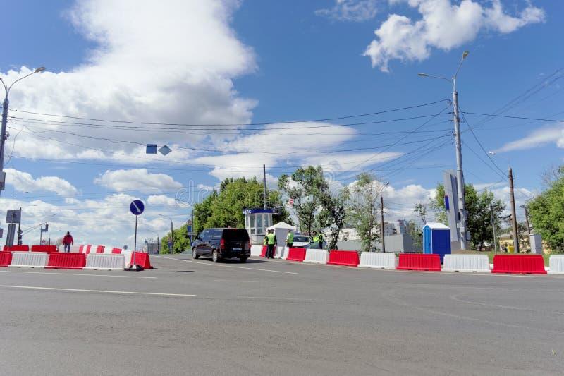 Nizhny Novgorod russia - Juni 21 2018 Kontrollera in på den Canavin bron på dagen av denKroatien fotbollleken, motorisk trafik royaltyfria bilder