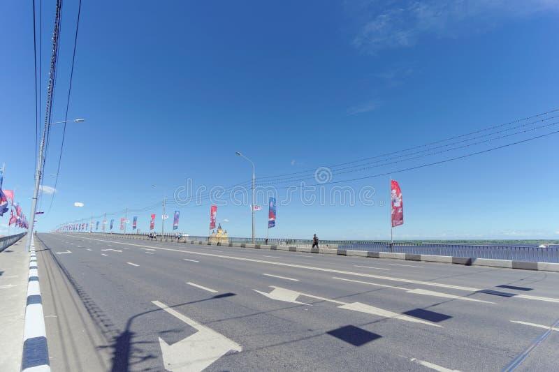 Nizhny Novgorod russia - Juni 21 2018 Sikt av den Canavin bron på dagen av denKroatien fotbollleken, motorisk trafik royaltyfria foton