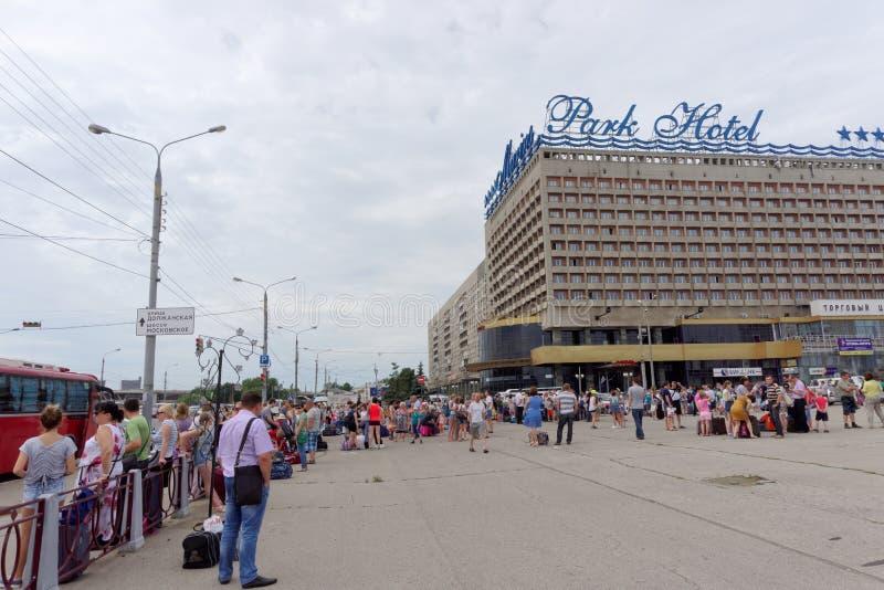 Nizhny Novgorod, Russie - 20 juin 2016 Recueillant les enfants pour envoyer au camp de repos sur Lénine ajustent photos libres de droits