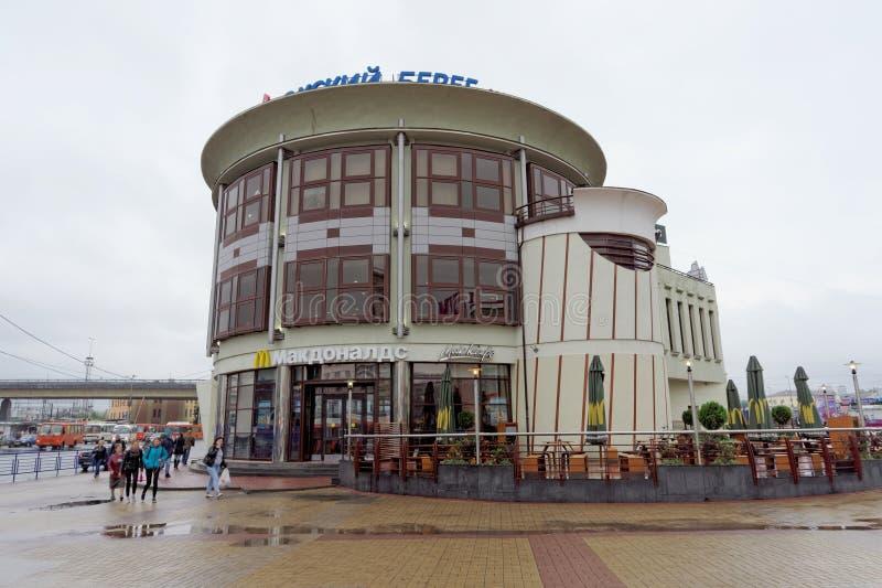 Nizhny Novgorod, Russie - 7 septembre 2017 ` S de McDonald de restaurant sur la place près de la gare ferroviaire de Moscou dans  photo libre de droits