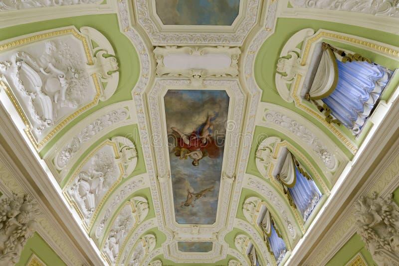 Nizhny Novgorod Ryssland - 03 11 2015 Garnering av taket och väggar i museumgodset Rukavishnikov royaltyfria bilder