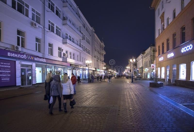 Nizhny Novgorod Ryssland - November 1 2015 Bolshaya Pokrovskaya gata - en turist- gångare i den historiska delen av staden arkivfoton