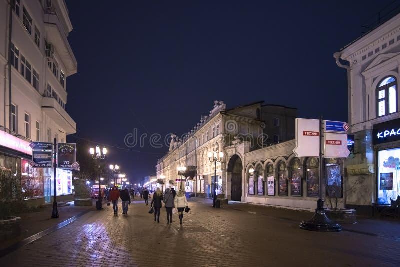 Nizhny Novgorod Ryssland - November 1 2015 Bolshaya Pokrovskaya gata - en turist- gångare i den historiska delen av staden arkivbilder