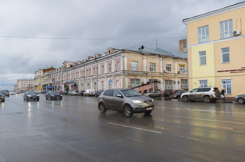 Nizhny Novgorod Ryssland - November 03, 2015 rörelse av bilar på den Nizhnevolzhskoy invallningen Det historiska centret fotografering för bildbyråer