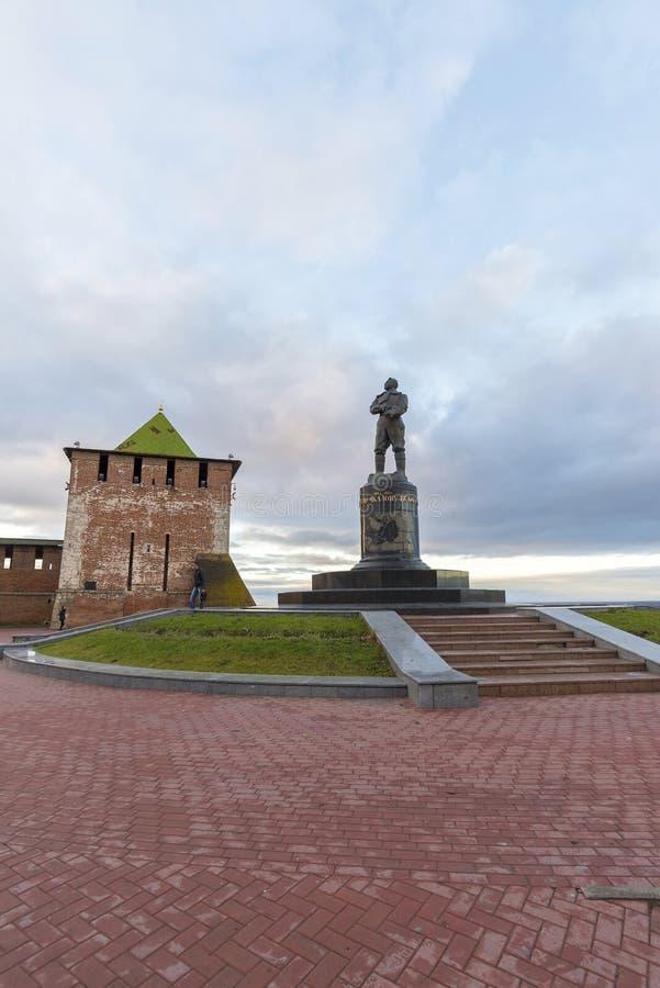 Nizhny Novgorod Ryssland - November 11 2015 Sikt av Kreml St George Tower och en monumentpilot Chkalov arkivbilder