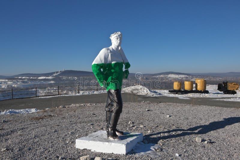 NIZHNY TAGIL, RUSSLAND - 3. MÄRZ 2015: Foto des Skulpturbergmannes auf einer Bergspitze hoch lizenzfreie stockbilder