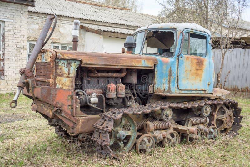 NIZNY NOVGOROD - 3 MAART: oude roestige wijnoogst verlaten tractor stock foto's