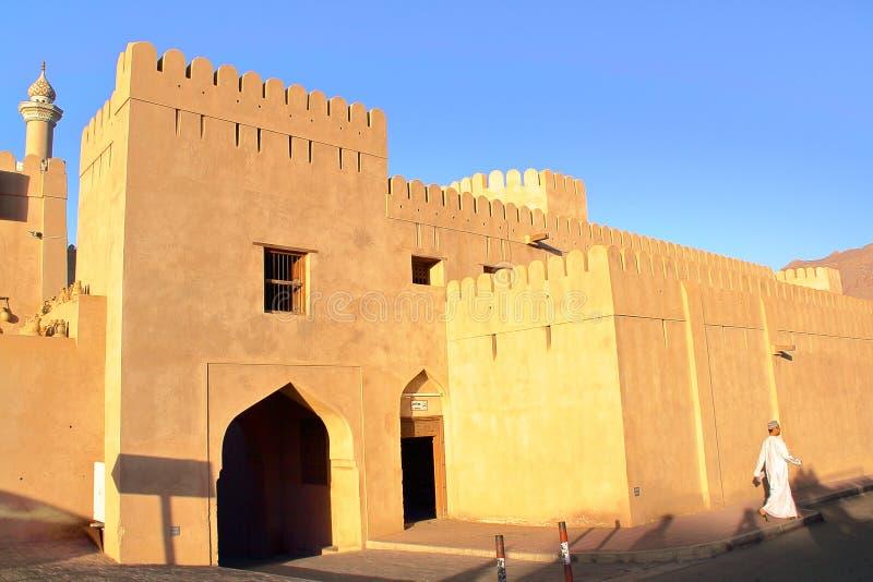 NIZWA, OMAN - 4 FÉVRIER 2012 : Le fort de Nizwa au coucher du soleil images stock
