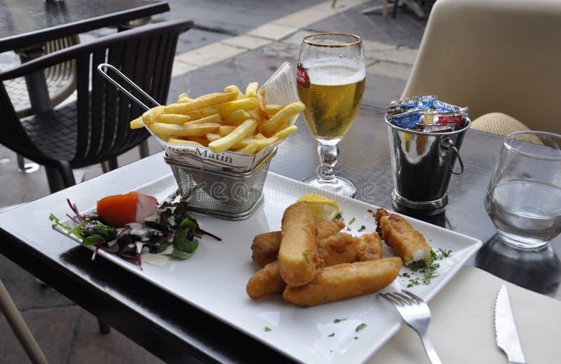 Nizza, 5. September: Fisch und Chips Speisen auf der Terrasse Restaurant von Cours Saleya Markt der Altstadt von Nizza lizenzfreie stockbilder