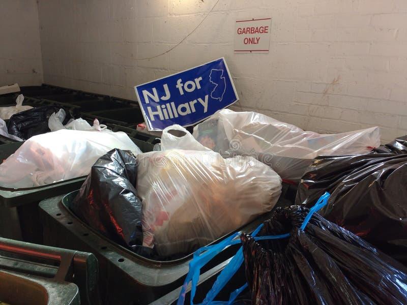 NJ para Hillary, jarda da eleição presidencial dos EUA assinam dentro o lixo imagem de stock
