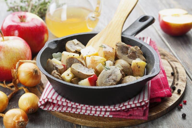 Njure gnäller i äppeljuice arkivfoton