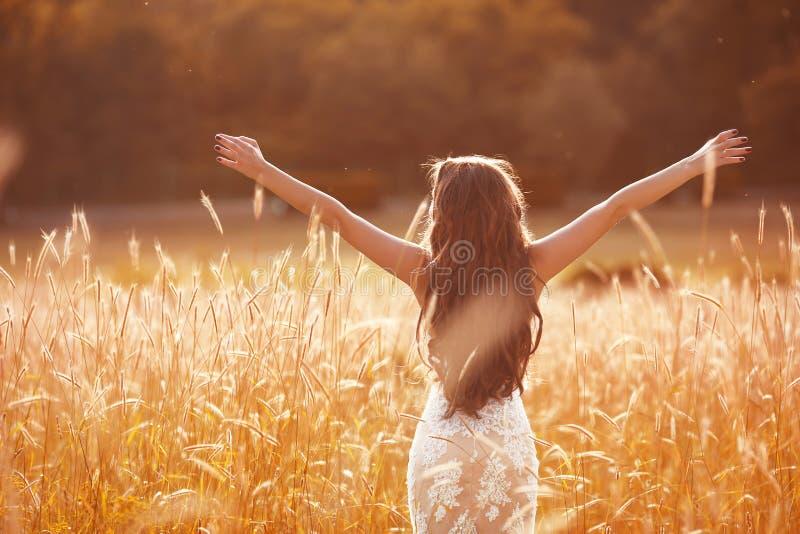 njutning Den fria kvinnan beväpnar utsträckt Lycklig brud med lång w royaltyfria foton