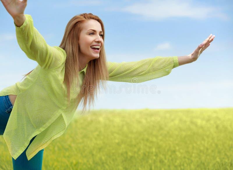 njutning Fri lycklig kvinna som tycker om naturen utomhus- skönhetflicka arkivfoton