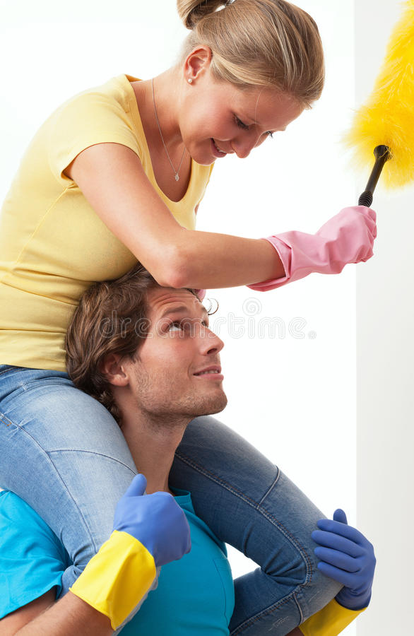 Njutning i hushållsarbete arkivbild