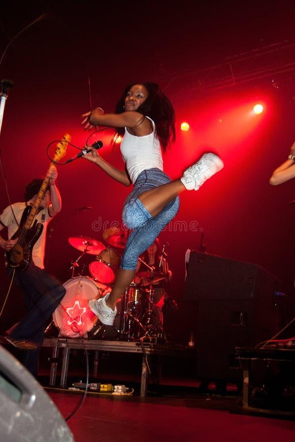 Nkechi-Ka Egenamba, Rapper und der Sänger der weiblichen Hauptrolle für das indie Band das Gehung! Team lizenzfreies stockbild