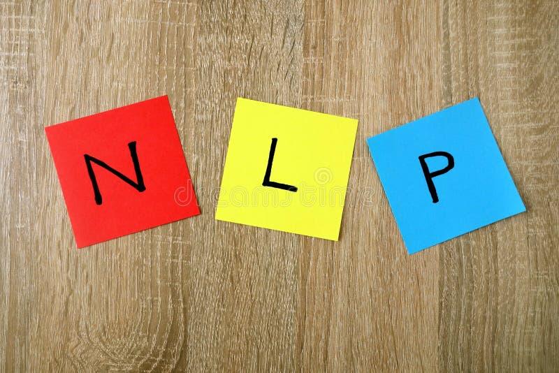NLP - Sinal Neuro da programação lingüística em notas pegajosas imagens de stock royalty free