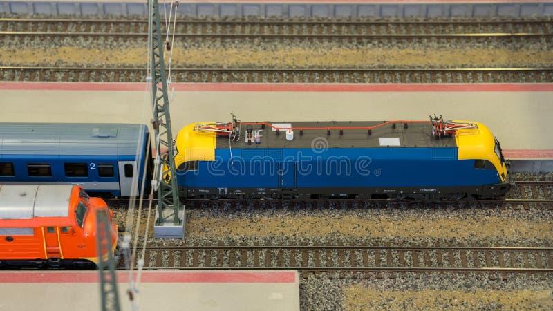 NMiniature modela czekanie przy stacja kolejowa śladami obrazy royalty free