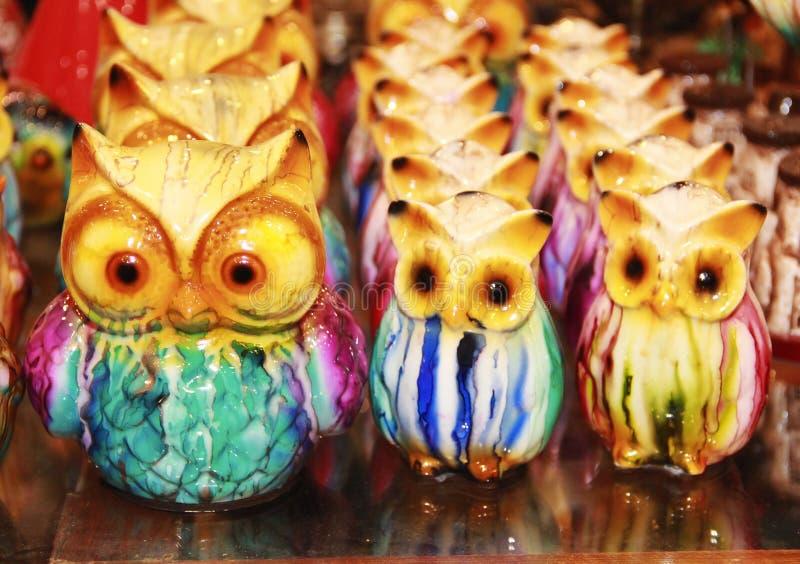 Noções de pássaros cerâmicos multicoloridos para decorar a casa foto de stock royalty free