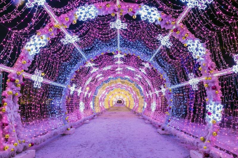 Noël à Moscou tunnel léger des ficelles sur les rues de M images libres de droits