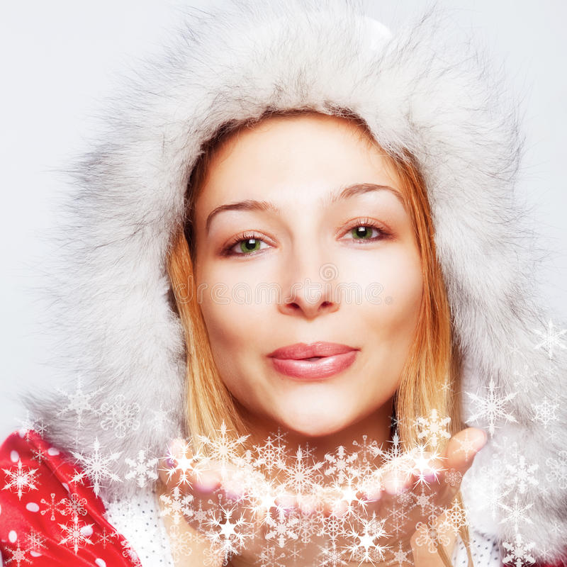 Noël - éclailles de soufflement de neige de femme heureuse photos libres de droits