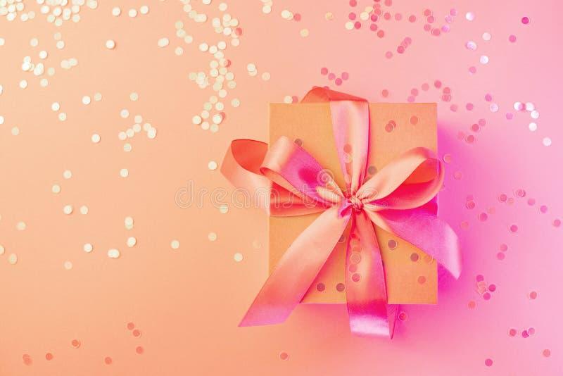 Noël, anniversaire, épousant la carte au néon avec l'arc de boîte-cadeau sur le rose et le fond image stock