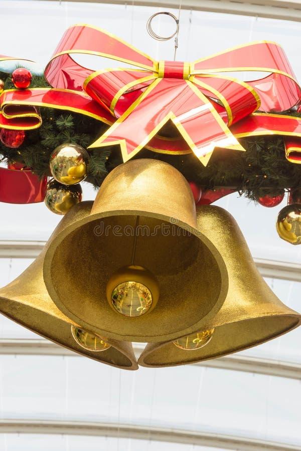 Noël Bell en bronze avec le ruban rouge image stock