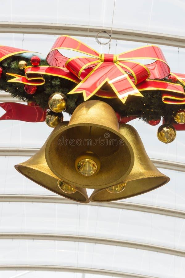 Noël Bell en bronze avec le ruban rouge photographie stock