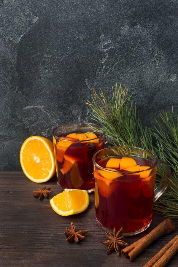 Noël a chauffé le vin rouge avec des épices et des fruits sur une table rustique en bois Boisson chaude traditionnelle au temps d photo libre de droits