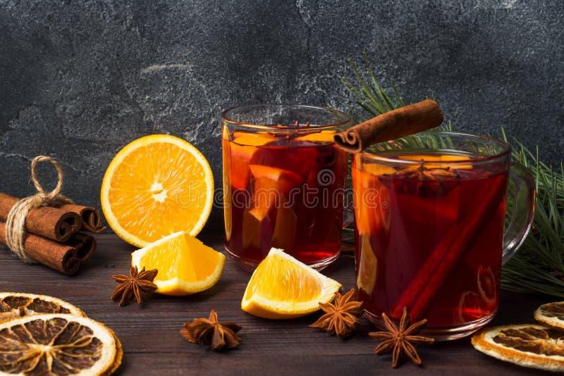 Noël a chauffé le vin rouge avec des épices et des fruits sur une table rustique en bois Boisson chaude traditionnelle au temps d photo stock